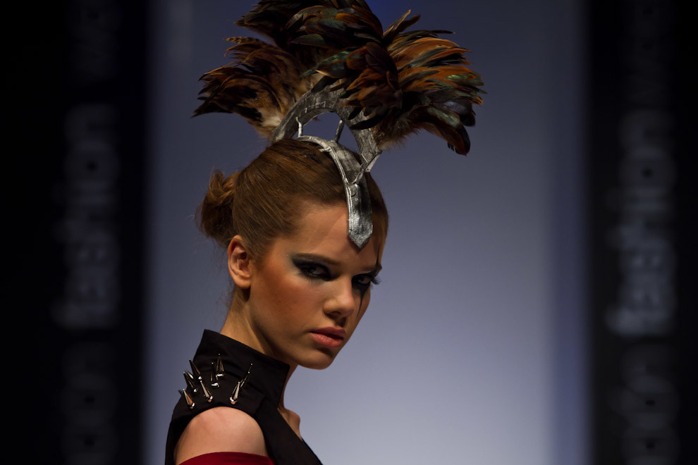 Ana Ortiz exhibe uno de los diseños de Pilar Puro Talento en Asunción Fashion Week. (Tetsu Espósito - Asunción Paraguay)