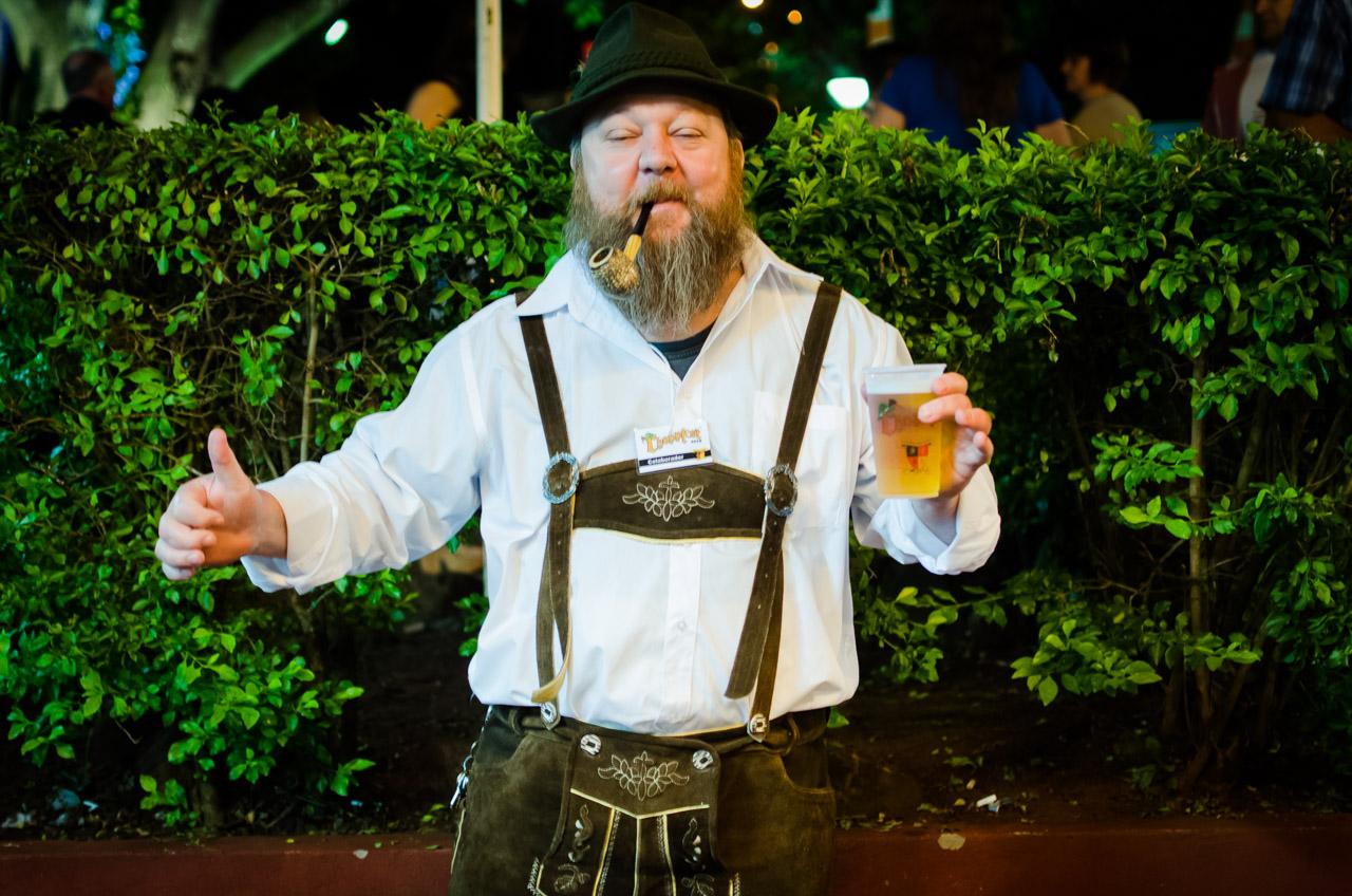 Un participante de la fiesta de la cerveza más importante del sur posa para la foto durante la tercera noche del Chopp Fest 2015 llevado a cabo en Noviembre, en el Club Alemán de Colonia Obligado, Itapúa. (Elton Núñez)