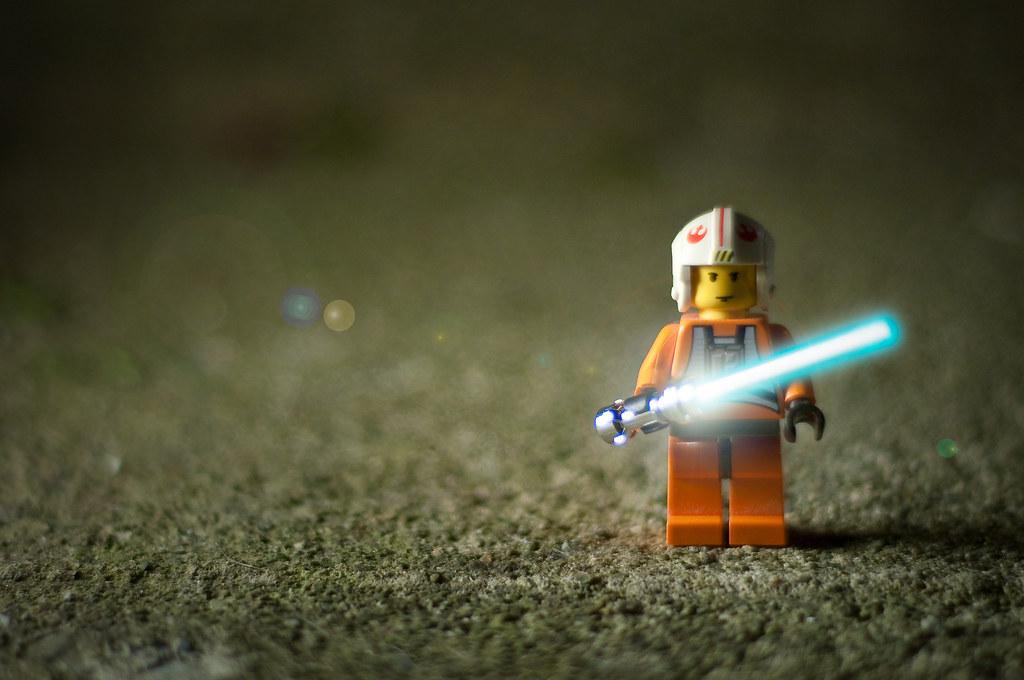 Imagen gratis de un playmobil con un sable láser