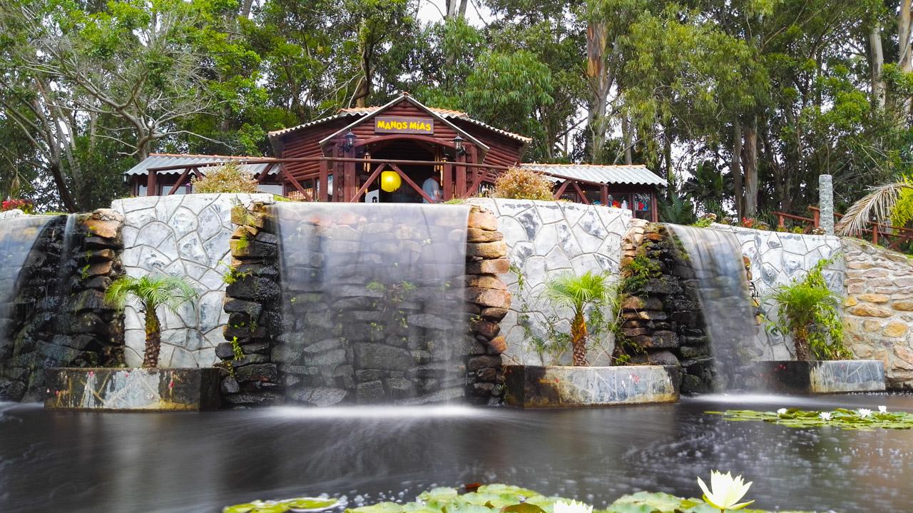 Cascadas de agua pueden verse en una tienda de venta de artesanías colocado dentro del Parque Nacional Santa Teresa, en Rocha. (Fotografía tomada con un smartphone Huawei P8 en el modo aguas suaves, Elton Núñez)