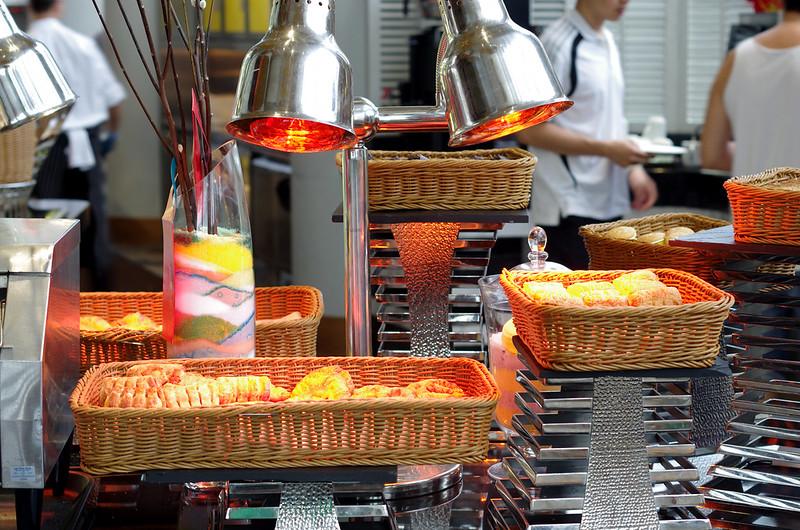 breakfast at atrium cafe - holiday inn singapore atrium
