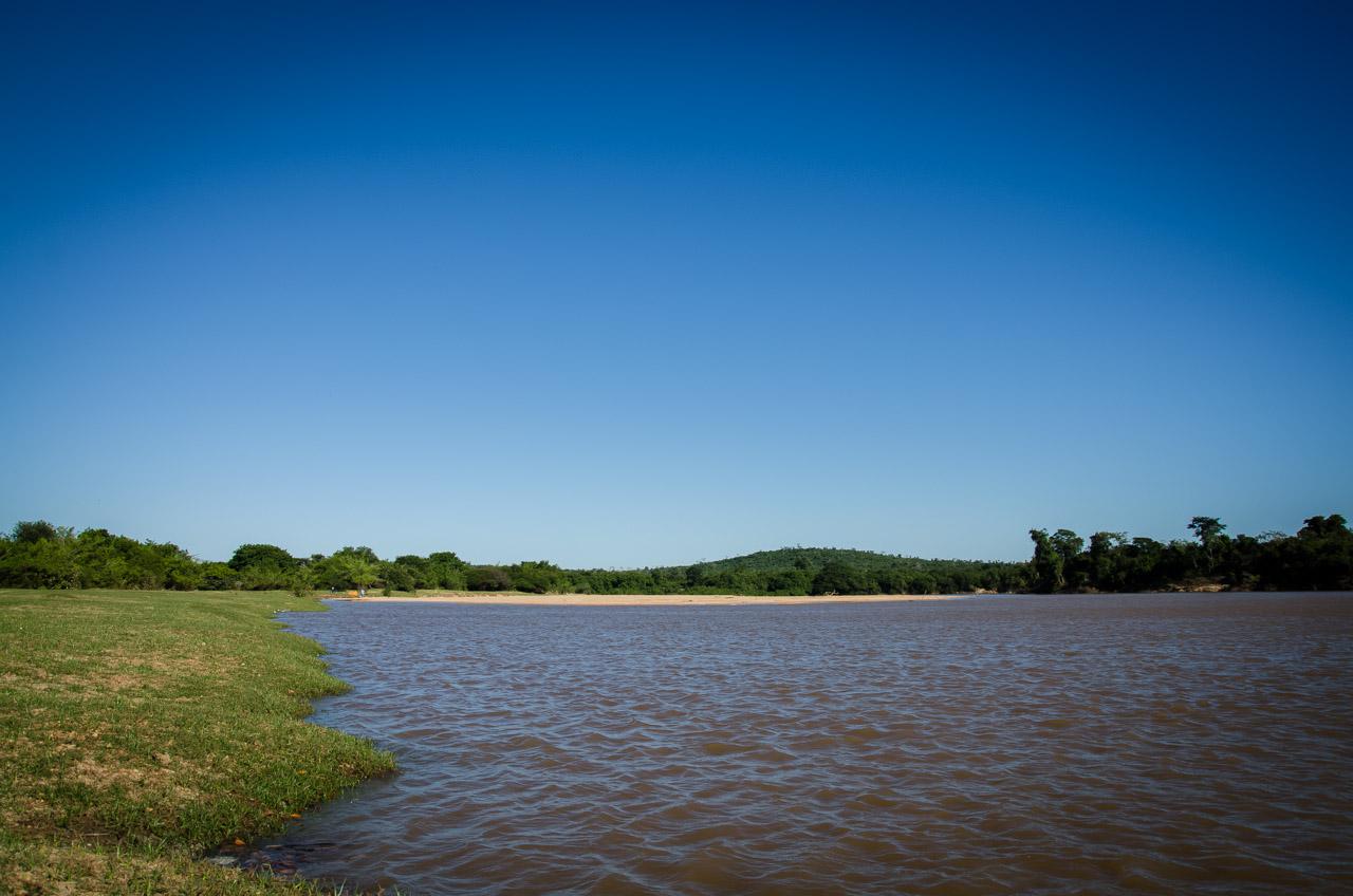 Al norte de la ciudad de San Lázaro se llega al límite del departamento de Concepción, la frontera con brasil. Las aguas bajas y tranquilas del río Apa constitute un atractivo turístico interesante y prometedora para la comunidad de San Lázaro en lo que se refiere a pesca. (Elton Núñez)