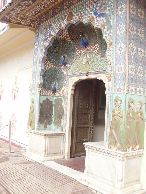 Puerta con pavos reales en el Palacio de Jaipur