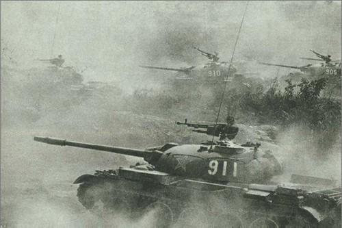 février 1979, Vietnam. Les blindés Type 62 de lArmée Populaire de Libération de la Chine pénétrent en territoire vietnamien.