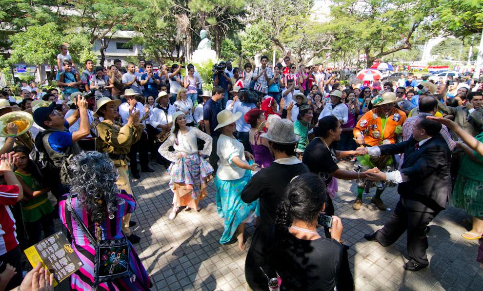 El público se hizo partícipe del Mercado Guasú acompañando con bailes al ritmo de músicas típicas ejecutadas por la bandita presente. (Tetsu Espósito - Asunción, Paraguay)