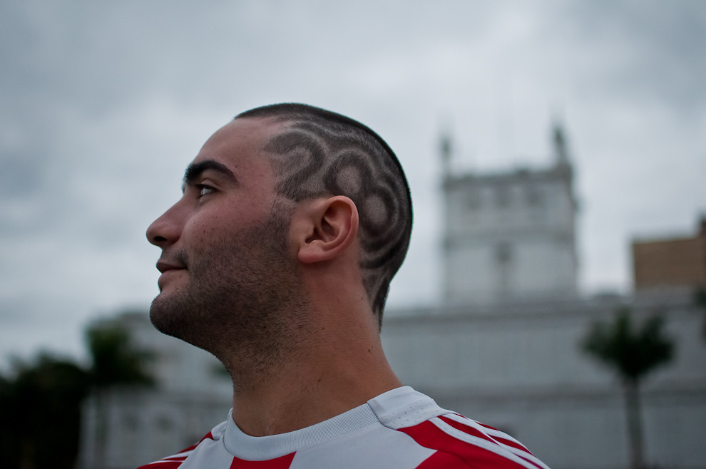 Un corte de pelo alusivo a los festejos luce este joven, en la tarde del 14 de Mayo en el recientemente inaugurado Parque Bicentenario (Litoral del Palacio de López) (Elton Núñez – Asunción, Paraguay)