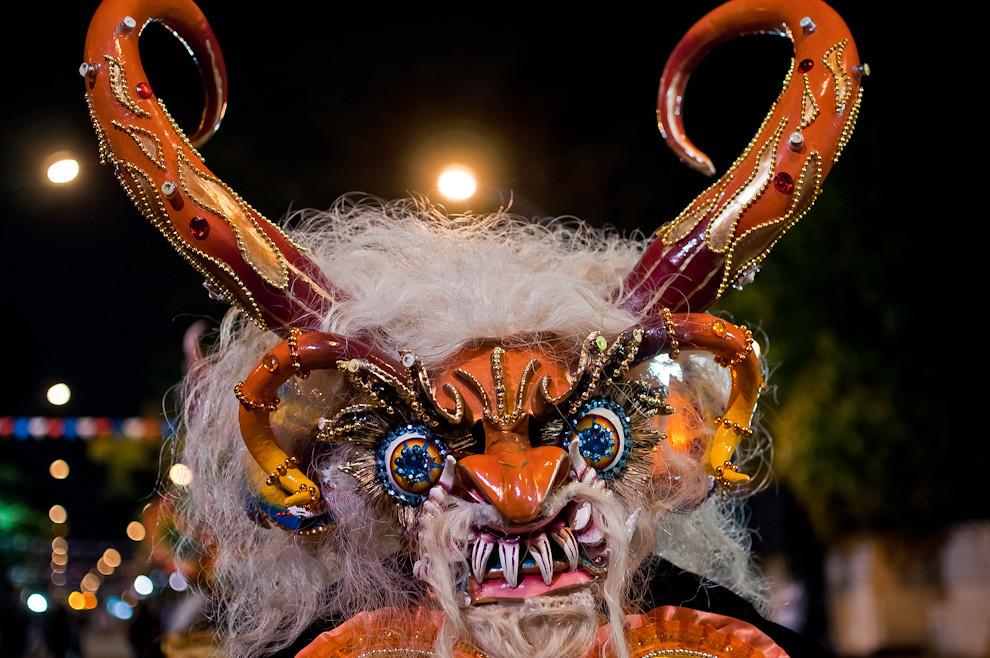 """Un componente de la comparsa boliviana conocida como """"La diablada de Oruro"""", avanza sobre la Avenida Mariscal López durante el Desfile de representaciones de los pueblos originarios, inmigrantes, de carnavales de Paraguay y de naciones invitadas el sábado 14 de Mayo. (Elton Núñez - Asunción, Paraguay)"""