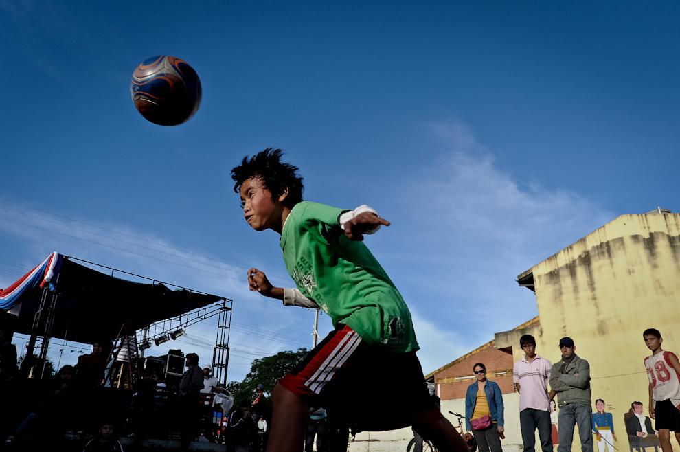 Un niño llamado Julio cabecea la pelota durante un partido de 'Piki-Volley' en el patio del mercado municipal de la Ciudad de Quiindy, un torneo para niños fue la actividad que abrió el espectáculo de presentación del libro 'Un Pueblo entorno a las pelotas' por parte del Exitoso Proyecto 'Vaká Pipopó' el pasado 28 de Mayo por la tarde. (Elton Núñez)