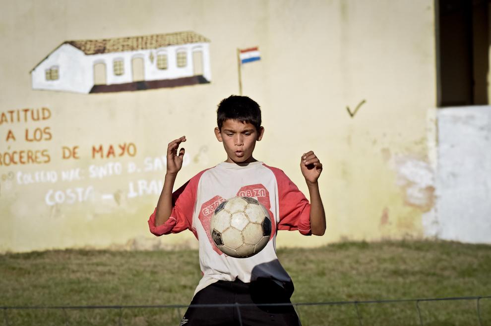 Un niño domina la pelota durante un partido de 'Piki-Volley' en el patio del mercado municipal de la Ciudad de Quiindy, un torneo para niños fue la actividad que abrió el espectáculo de presentación del libro 'Un Pueblo entorno a las pelotas' por parte del Exitoso Proyecto Vaká Pipopó el pasado 28 de Mayo por la tarde.(Elton Núñez)