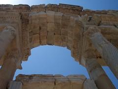 Detalle del arco principal del tetrapilón.