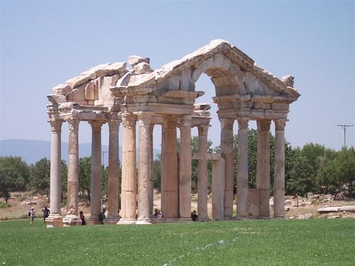 El tetrapilón de Afrodisias, enorme portón construida como entrada ornamental durante el siglo I.