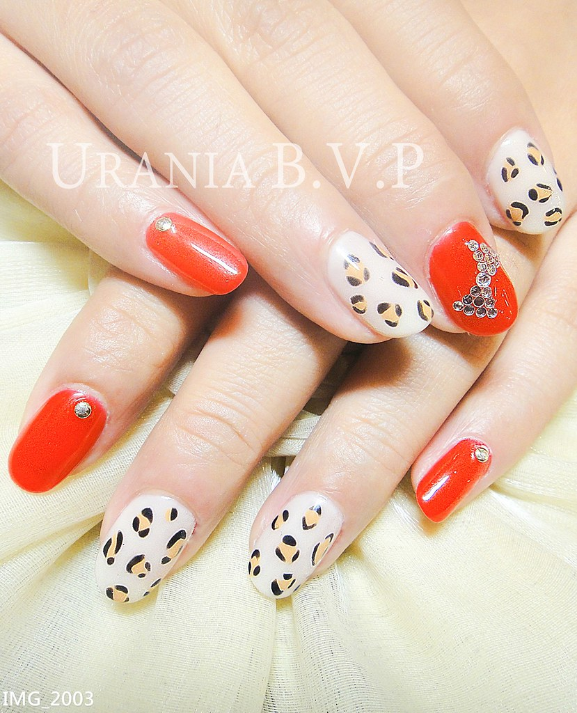 手绘的小猫,让豹纹光疗指甲多了一点可爱 让原本冷艳的豹,多了一点