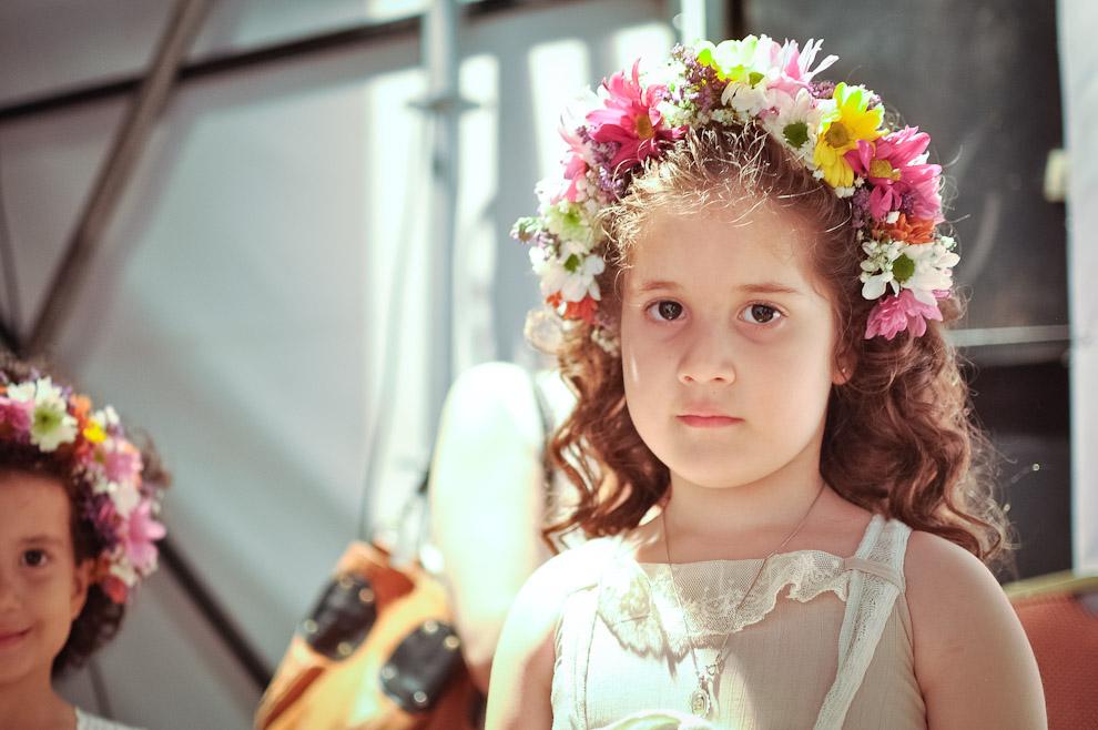 """Una niña es adornada con flores naturales en el cabello, alistada para salir a la pasarela en el desfile de """"Maternity"""" en el tercer día del Asunción Fashion Week Primavera Verano 2013. (Elton Núñez)"""