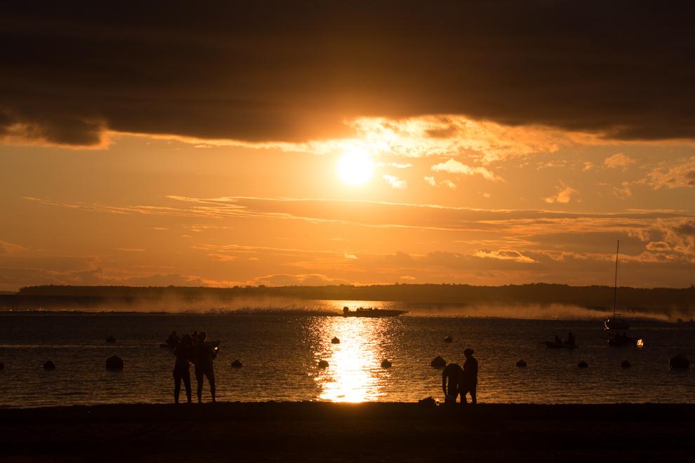 Los últimos rayos de la tarde bañan la costanera de Encarnación, mientras se realiza una carrera de lanchas de alta velocidad. (Tetsu Espósito)