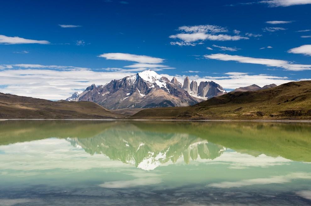 La Laguna Sucia ofrece un espectáculo de colores mágicos con las Torres del Paine al fondo, en un recorrido dentro del Parque Nacional Torres del Paine, territorio chileno. (Tetsu Espósito)