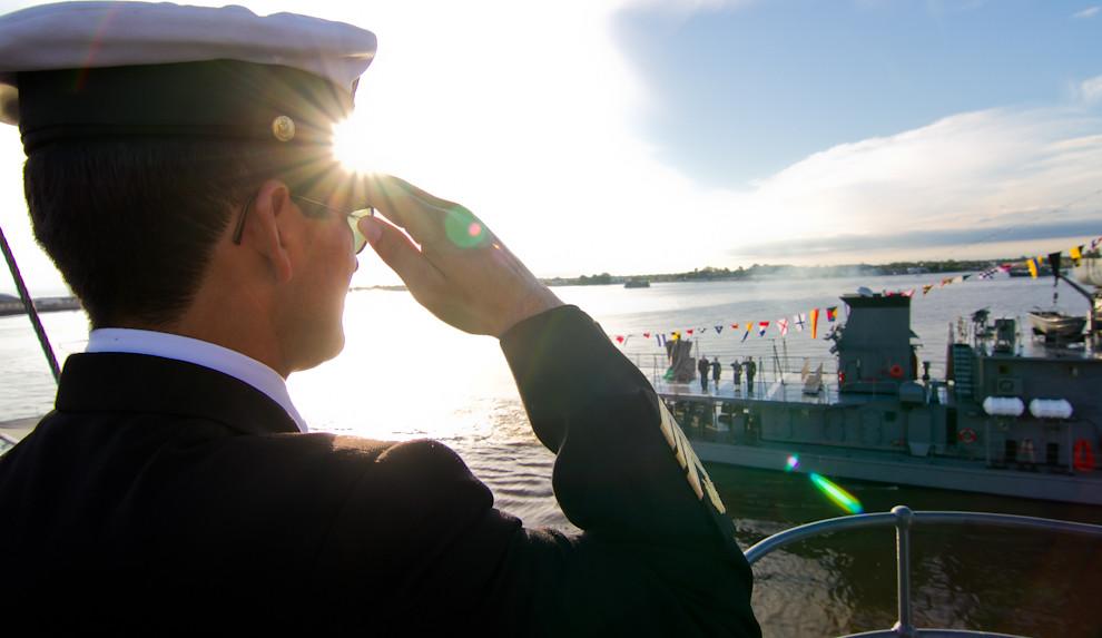 Un miembro de la Armada Naval Paraguaya, saluda a un buque extranjero que rinde honores al pueblo paraguayo durante la realización de la Parada Naval, como parte de los festejos del Bicentenario. (Tetsu Espósito - Asunción, Paraguay)