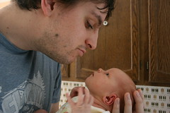 Un papa fatigué, pas trop propre qui regarde très amoureusement sa petite fille