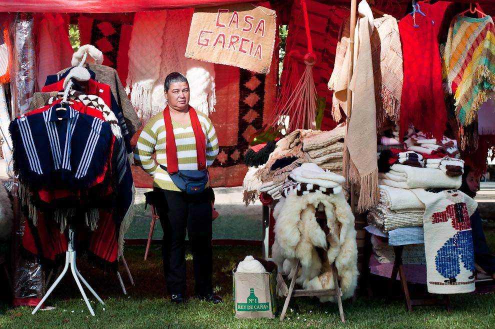Uno de los stands presentes en el predio del Festival Ovecha Rague, exhibe distintos productos confeccionados con lana, entre los más vendidos se encuentran los ponchos femeninos, que hoy día son muy requeridos, una combinación de color y tejido artesanal junto con modernos diseños. (Elton Núñez, San Miguel - Paraguay)