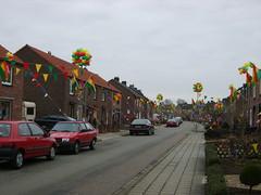De straat is helemaal versierd...