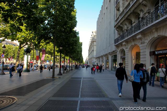 Champs-Élysées sidewalks