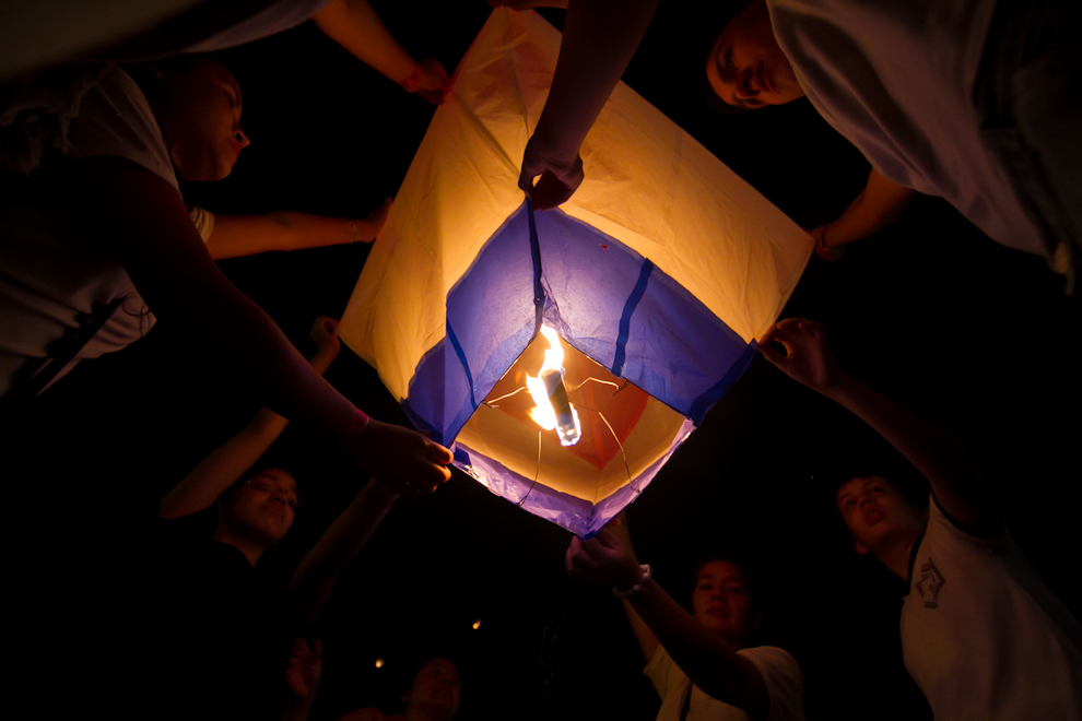 Globos Multicolores, propulsados con mechas que son lanzados por los niños, detrás del Palacio de López, la noche del Jueves 12, en la Bahía de Asunción. (Tetsu Espósito - Asunción, Paraguay)