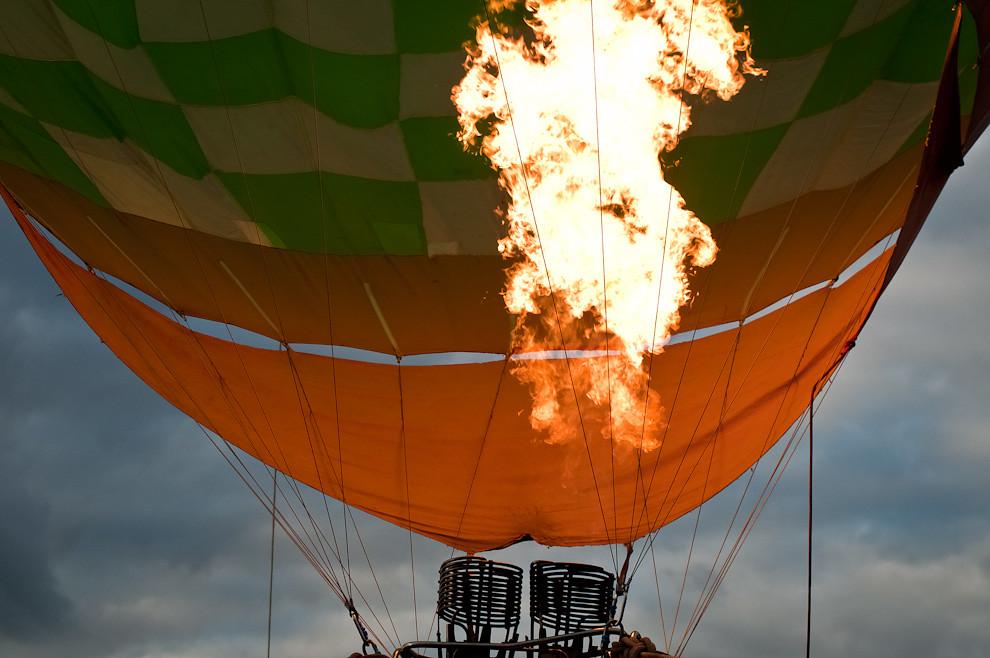 Una toma cercana de las llamas que calientan el aire, provocando que el globo se eleve, durante el Festival de Globos Aerostáticos en la explanada del Palacio de López el domingo 15 de Mayo. (Elton Núñez - Asunción, Paraguay)