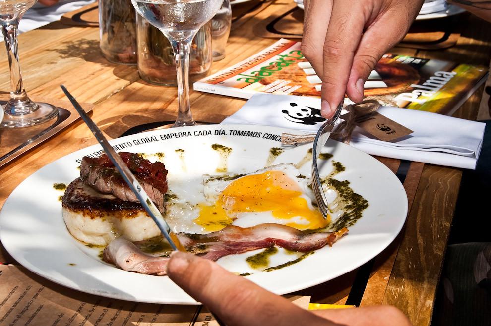Una toma cercana del resultado de la cocina bajo el sol. Carne de lomito, panceta, dos huevos, tomates secos y salsa de albahaca, un menú gourmet simple para impresionar a las personas. (Elton Núñez)