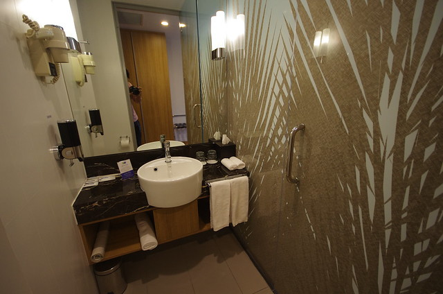 bathroom - holiday inn express singapore orchard road