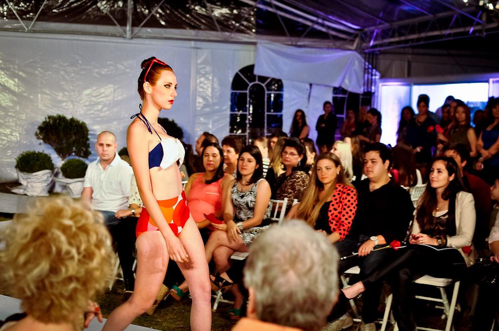 """Giovanna Poletti camina exhibiendo traje de baño de la marca Ofelia Ottelo en la pasarela exterior denominado """"El Jardín"""" del Paraguay Alta Moda, donde marcas de ropas y productos como """"Whirlpool"""" hicieron sus propuestas. (Elton Núñez)"""