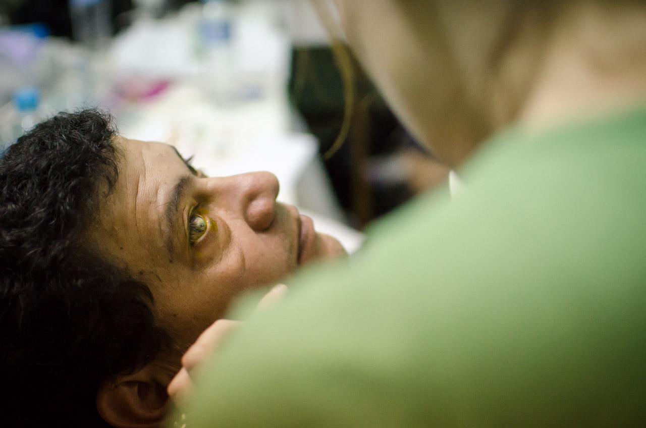 La doctora Lisa Weber inspecciona los ojos de un paciente masculino, intenta ver la salud de los nervios oculares dificultosamente a través de la opacidad producida por cataratas. (Elton Núñez)