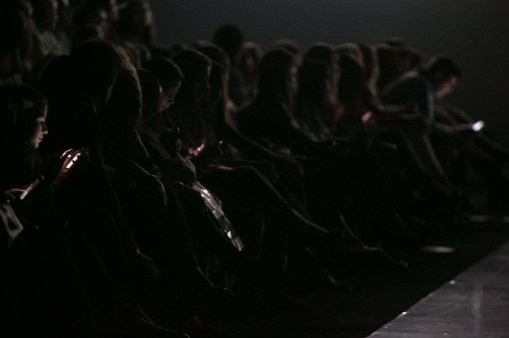 El público espera el siguiente desfile en la sede de la Conmebol donde se realizó la edición Verano 2013/2014 del Asunción Fashion Week. (Tetsu Espósito)