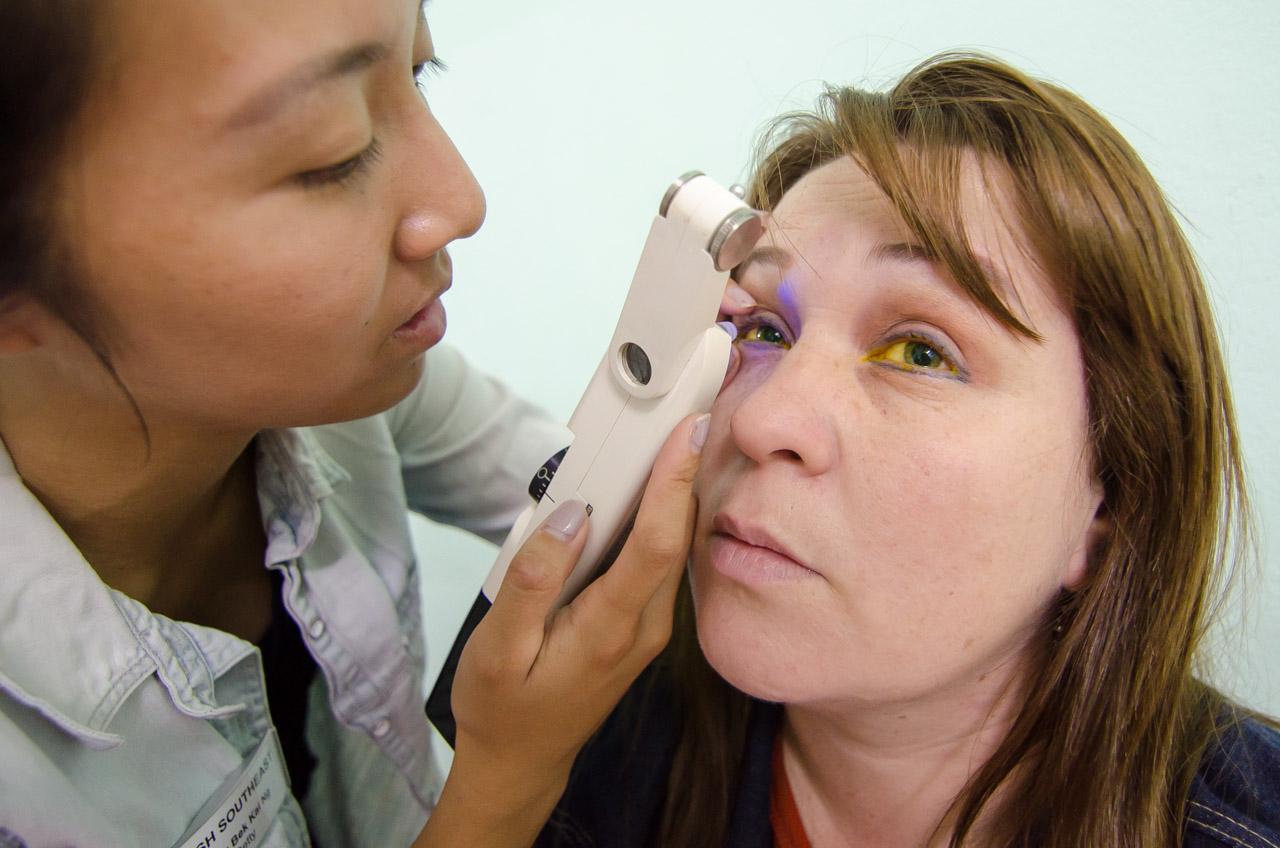 La voluntaria Betty Bek Kai de V.O.S.H examina los ojos de una paciente en busca de indicios de glaucoma con la ayuda de un tonómetro de contacto. En personas adultas se diversifican los procedimientos en comparación a pacientes jóvenes ya que podría detectarse cualquier enfermedad debido a la edad. (Elton Núñez)