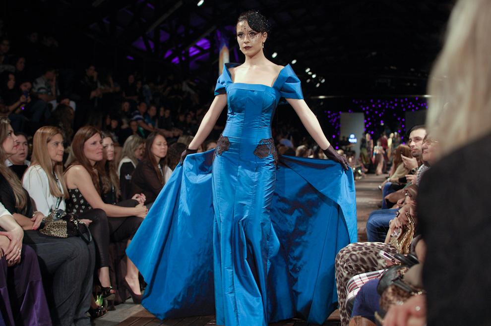 """Propuestas de diseños de vestidos para Otoño es presentado por Ati Troche, en el desfile """"Asunción se viste"""" llevado a cabo este mes en el Ferrocarril.  (Elton Núñez)"""
