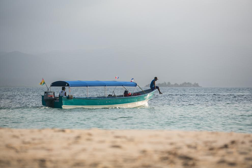 Los botes son las empresas de transporte de los cientos de islas que conforman los distintos archipiélagos de Panamá. Las islas son accesibles mediante los llamados taxis de agua y embarcaciones privadas. Además, las islas de mayor tamaño como Isla Colón son accesibles por avión, así como transbordadores y barcos privados. (Tetsu Espósito)