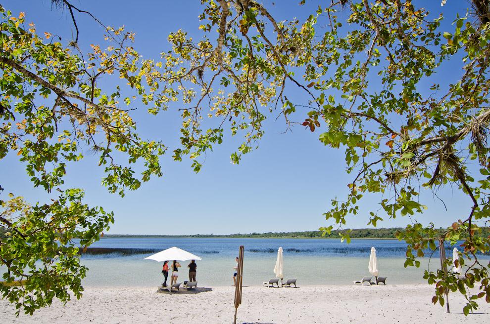 """Visitantes se deleitan con la vista de la """"Laguna Blanca"""" en la reserva natural Laguna Blanca, en el departamento de San Pedro. Cada año, este paraíso reúne a los amantes de las playas y aguas cristalinas a partir de Septiembre, mes en que el establecimiento está completamente habilitado para el veraneo. (Elton Núñez)"""
