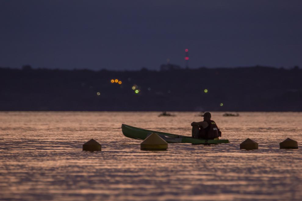 Un hombre descansa en un kayak luego de remar intensamente en la costanera encarnacena, después de que finalizó una carrera de lanchas de alta velocidad. (Tetsu Espósito)