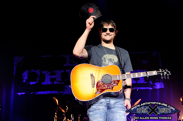 Eric Church tips hat to crowd with Rowdy Friends 2010