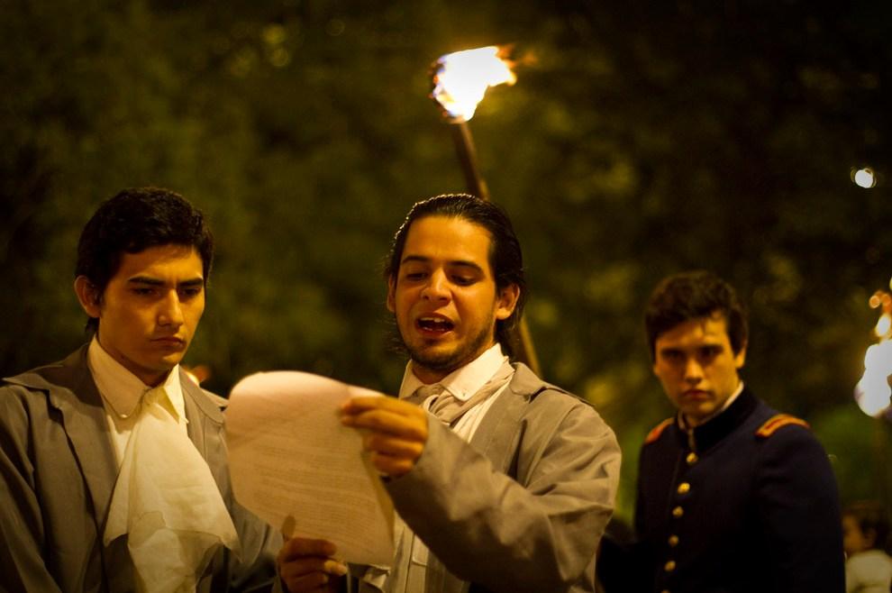 Pedro Juan Caballero y Vicente Ignacio Iturbe leen en voz alta la carta de intimación dirigida al Gobernador Velasco. (Asunción, Paraguay - Tetsu Esposito)