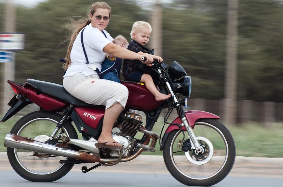 Una Mujer transporta a sus hijos en motocicleta por la Avenida Principal en Loma Plata (Elton Núñez - Loma Plata, Paraguay)