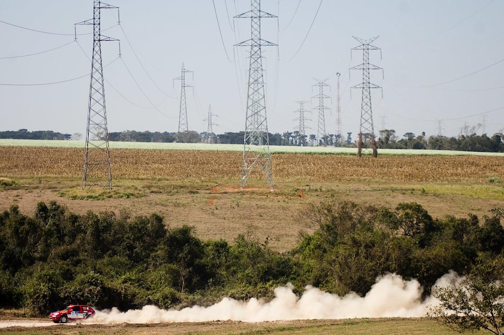 La máquina 601 de Dick Ferreira corre a toda velocidad por la pista de arena del Club Altoparanaense de Pilotos en la tercera fecha del superprime. En el fondo se pueden ver las grandes torres de alta tensión que distribuyen la energía eléctrica proveída por la Represa Itaipú. (Elton Núñez - Colonia Yguazú, Paraguay)