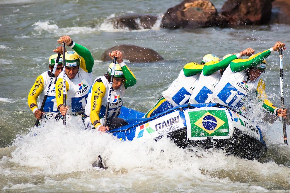 El equipo Brasilero Masculino compitiendo en el Campeonato Panamericano de Rafting 2010 que fue llevado a cabo en el Canal de Itaipú, Foz de Iguazú, que reunió a todos los equipos afiliados de Latinoamérica. (Elton Nuñez - Foz de Iguazú, Brasil)