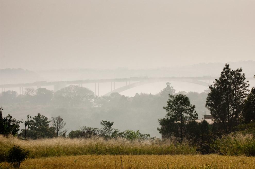 Un vistazo del Puente de la Amistad cubierto de neblina aproximadamente a las 08:00 de una fresca mañana de Sábado, el Puente de la Amistad une las fronteras de Ciudad del Este del lado Paraguayo con Foz de Iguazú del lado Brasilero. (Elton Núñez - Ciudad del Este, Paraguay)