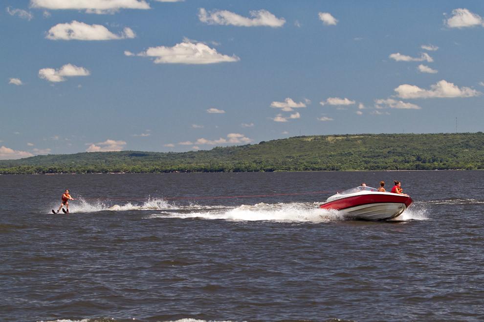 Una chica disfruta de las calmas aguas del Lago de San Bernardino, ante el inmenso calor una tarde de domingo, mientras se desplaza a alta velocidad, haciendo esquí acuatico. (Tetsu Espósito - Ypacaraí, Paraguay)