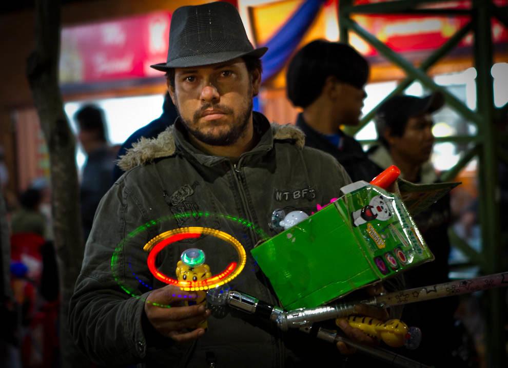 Un vendedor ambulante ofrece un juguete luminoso a los asistentes de la Feria. (Tetsu Espósito - Mariano Roque Alonso, Paraguay)