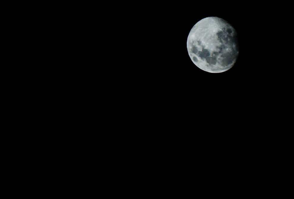Así recibe la luna a la primavera en la madrugada del 21 de Setiembre, en una fresca noche nos regala una sensacional vista de sus cráteres y mares. (Elton Núñez - Asunción Paraguay)