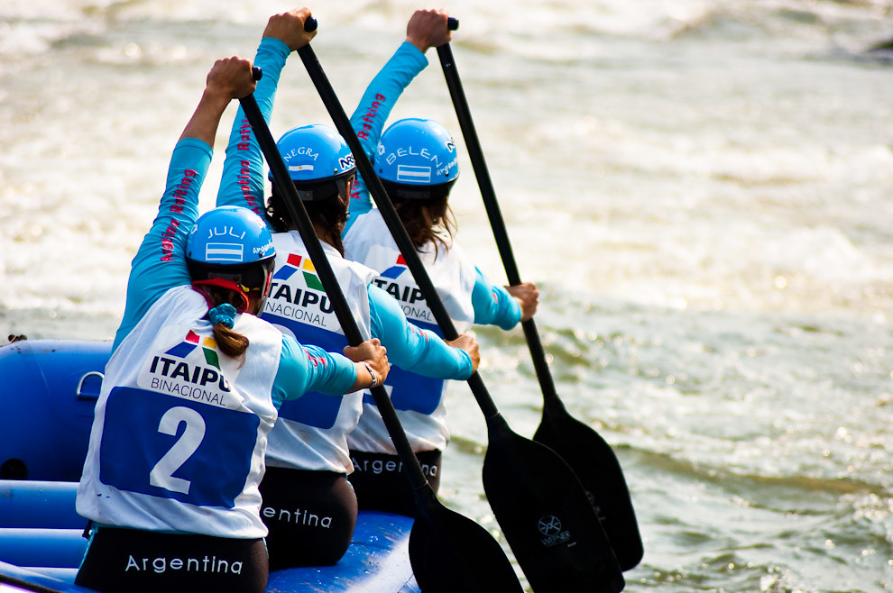 El equipo Argentino femenino compitiendo en el Campeonato Panamericano de Rafting 2010 que fue llevado a cabo en el Canal de Itaipú, Foz de Iguazú, que reunió a todos los equipos afiliados de Latinoamérica. (Elton Nuñez - Foz de Iguazú, Brasil)