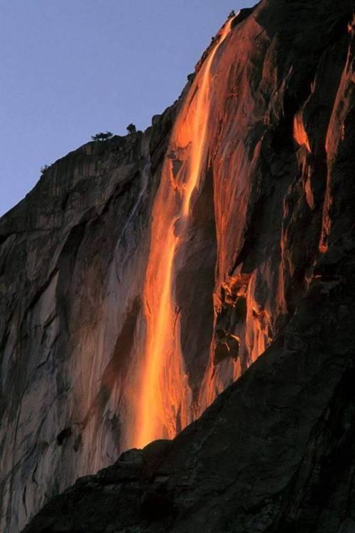 Falling Water Hd Wallpaper A Rare Sight Yosemite National Park Quot Fire Quot Waterfall