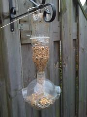 Recycling... Voederbol die op een petfles gedraaid kan worden.