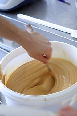 stirring confiture de lait