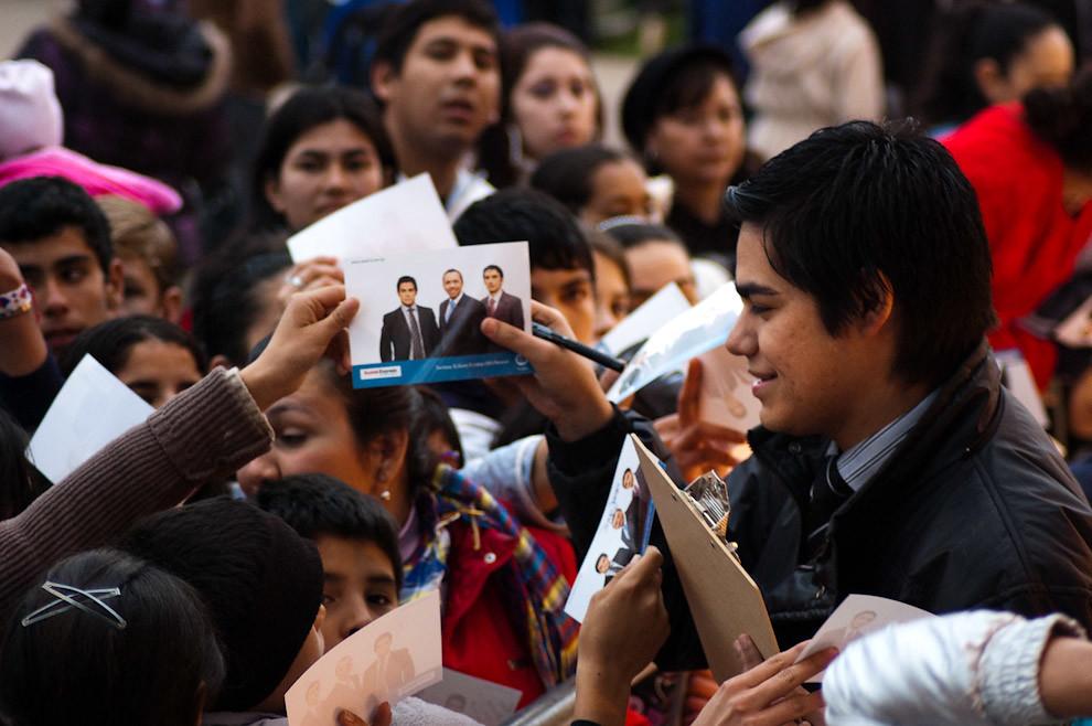 Santiago González y Guillermo Grance firman autógrafos a sus fans frente al stand del Canal 13 en la Expo 2010.  (Elton Núñez - Mariano Roque Alonso, Paraguay)